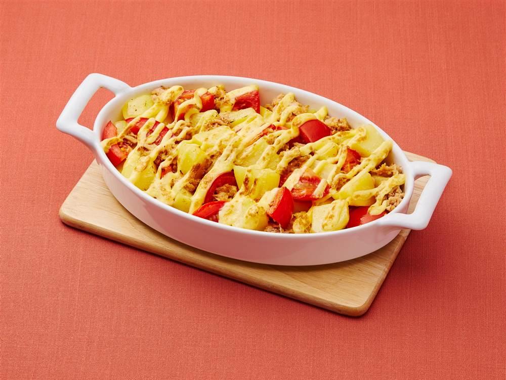 写真:じゃがいもとトマトとツナのマヨネーズ焼き