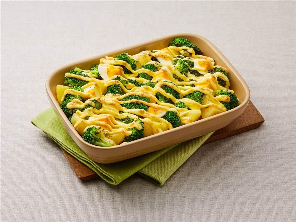 写真:ブロッコリーとじゃがいもとゆで卵のマヨネーズ焼き