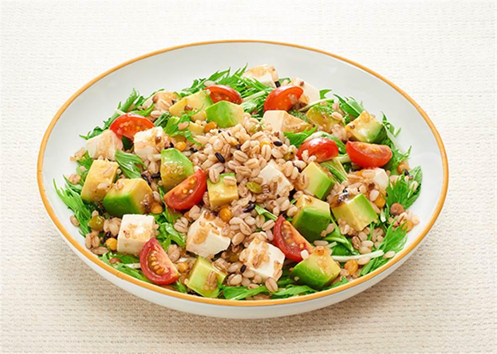 写真:もち麦と豆腐とアボカドのグレインズサラダ