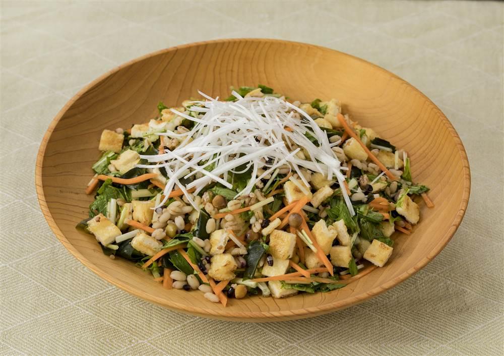 写真:もち麦と水菜と油揚げのグレインズサラダ