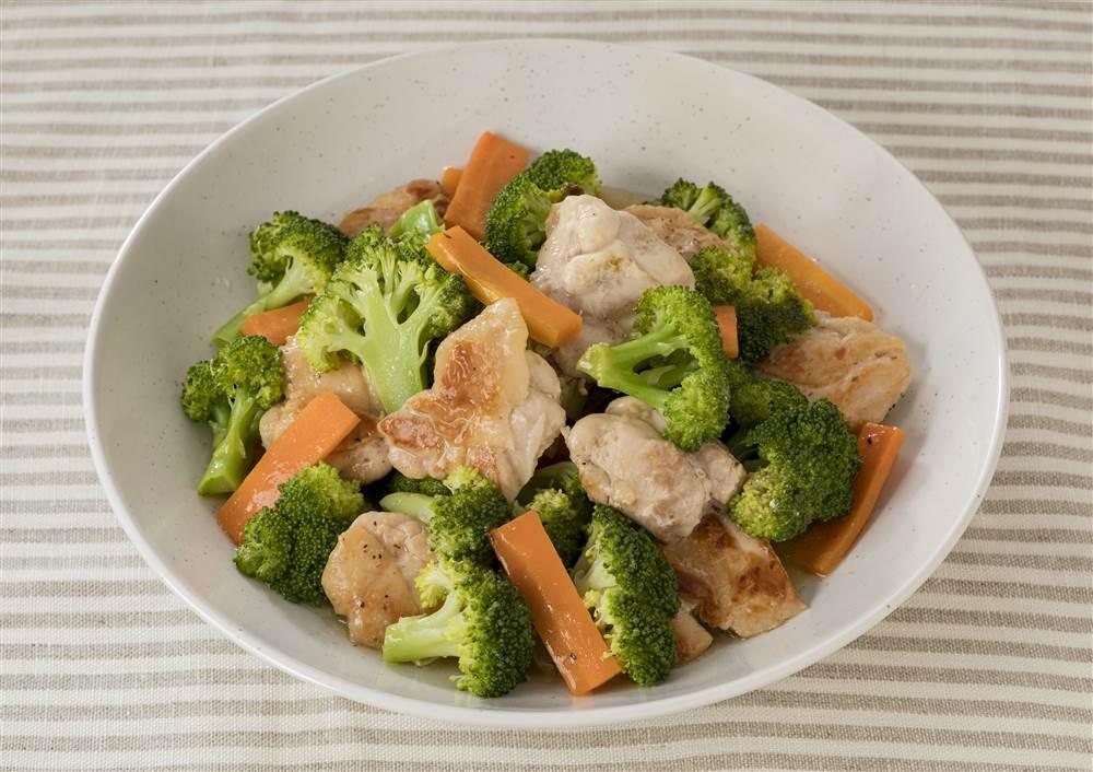 写真:ブロッコリーと鶏もも肉の蒸し煮