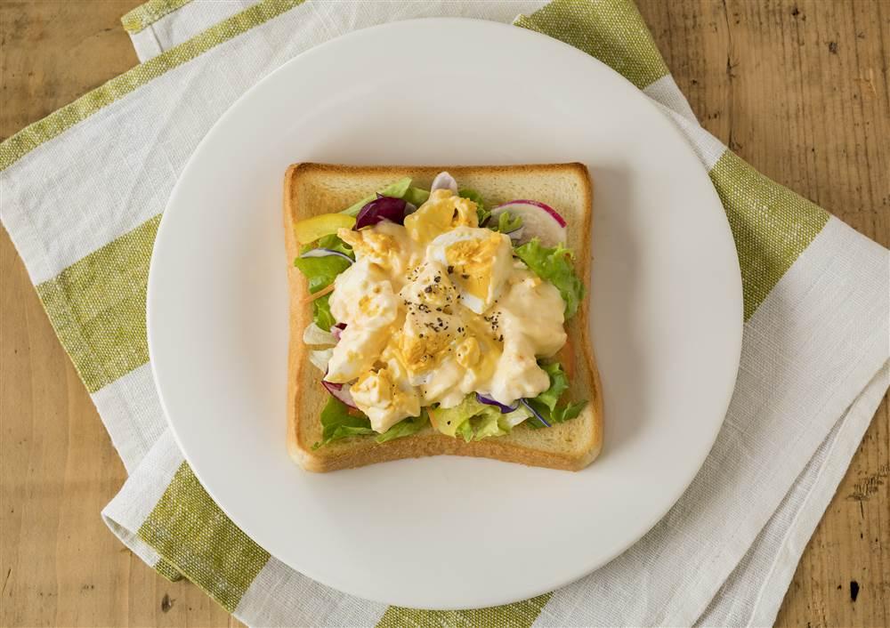 写真:たまごサラダとサラダのトースト