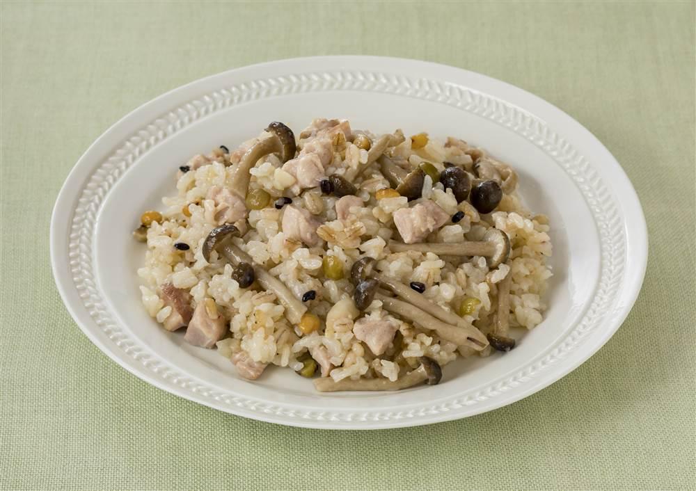 写真:もち麦ミックスと鶏肉の炊き込みごはん