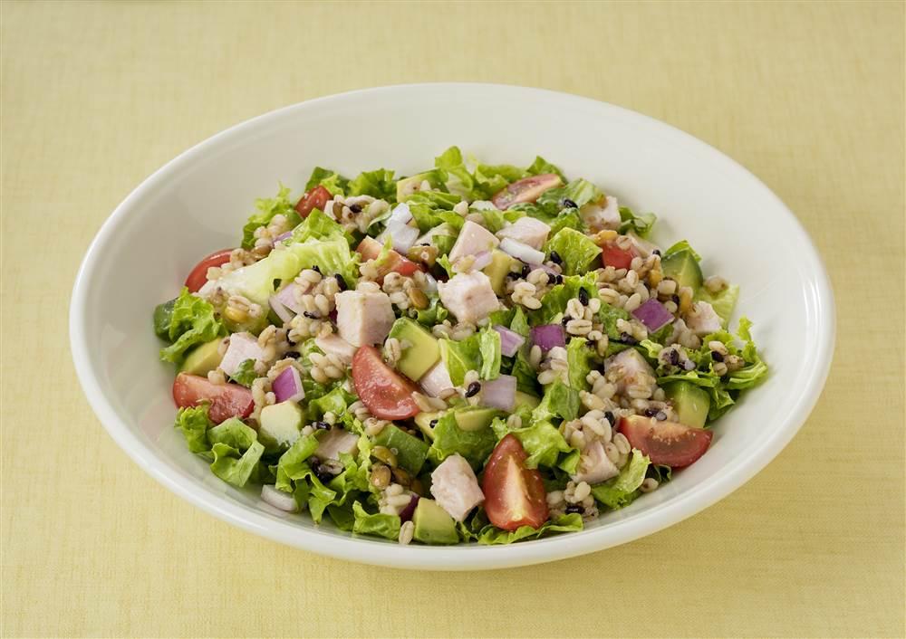 写真:もち麦とチキンとアボカドのグレインズサラダ