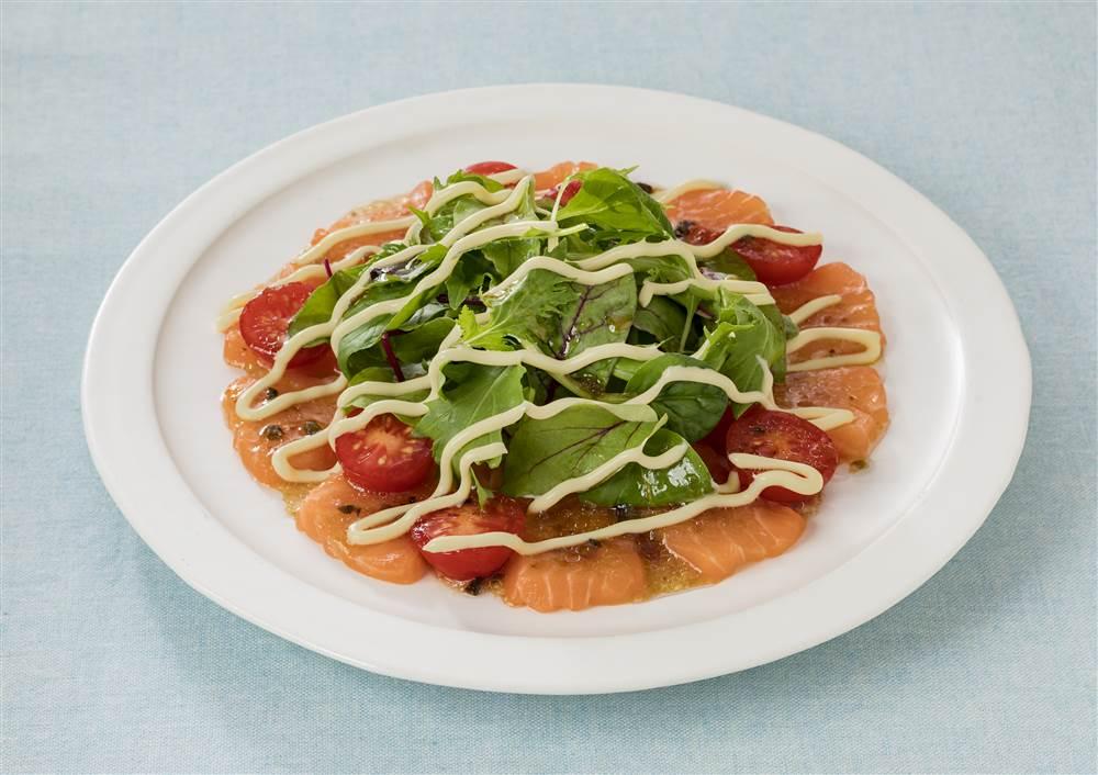写真:燻製マヨで!サーモンとベビーリーフのサラダ