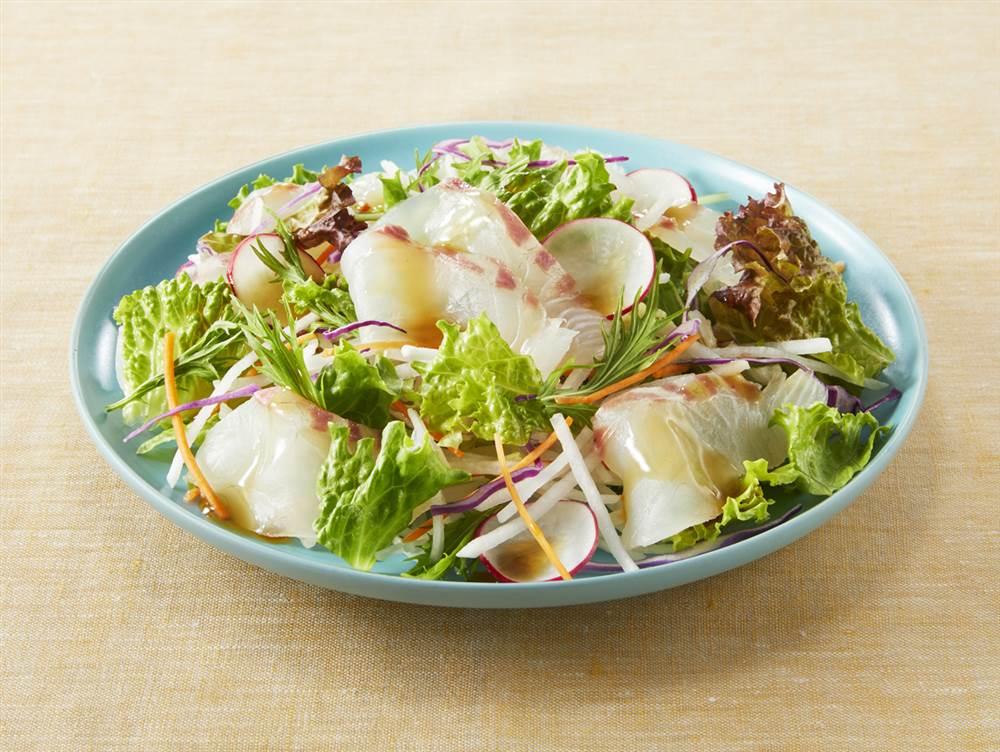 写真:鯛と水菜や大根のサラダ