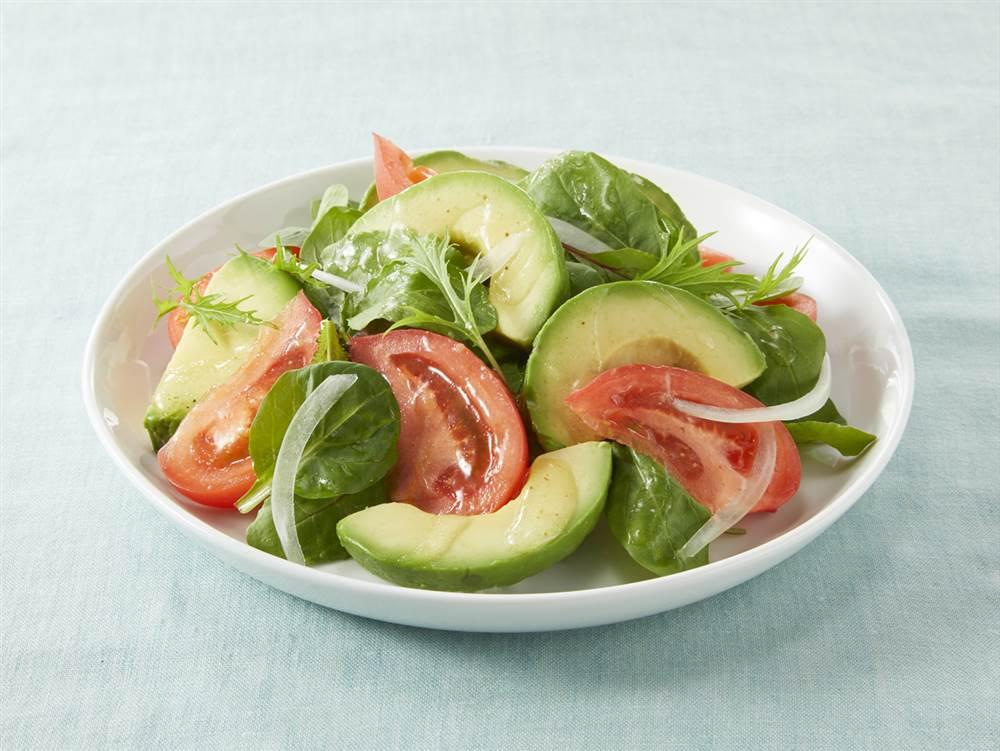 写真:ベビーリーフとアボカドのサラダ