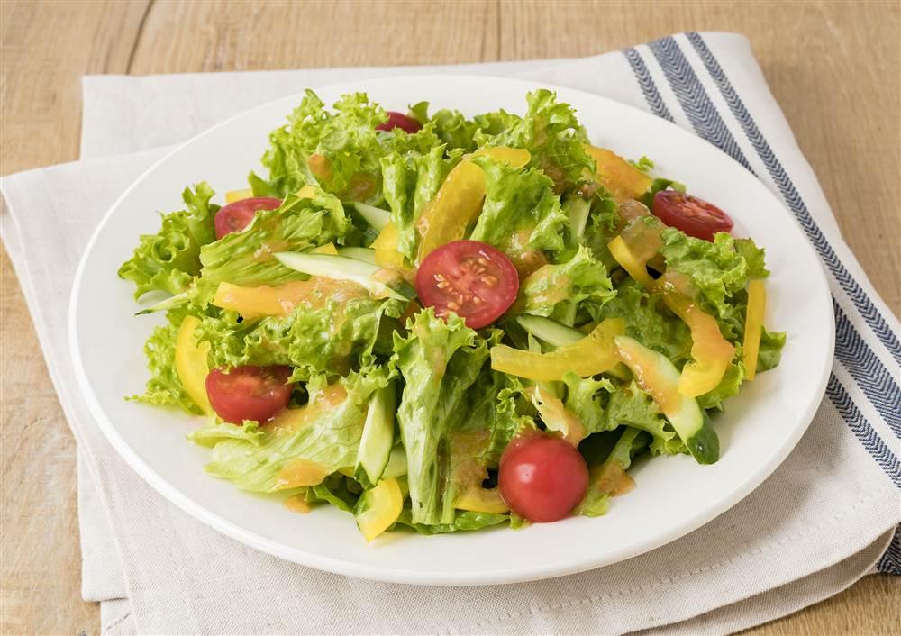 写真:リーフレタスとトマトのサラダ