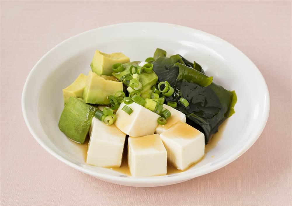 写真:アボカドとわかめの豆腐サラダ