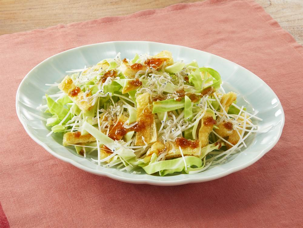 写真:キャベツと油揚げとねぎのサラダ
