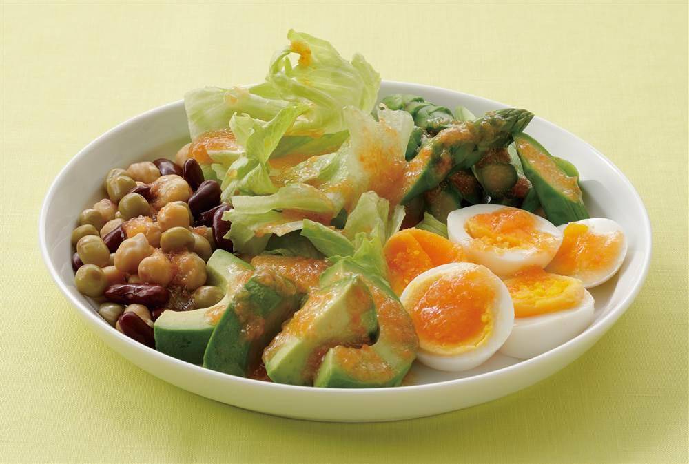 写真:ゆで卵とアボカドのパワーサラダ