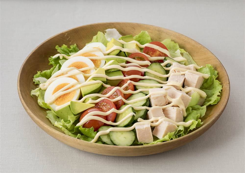 写真:サラダチキンとアボカドの具だくさんサラダ