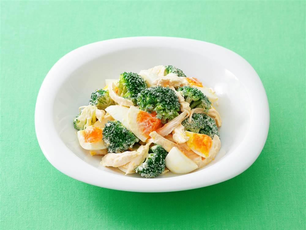 写真:ブロッコリーとゆで卵とチキンのサラダ