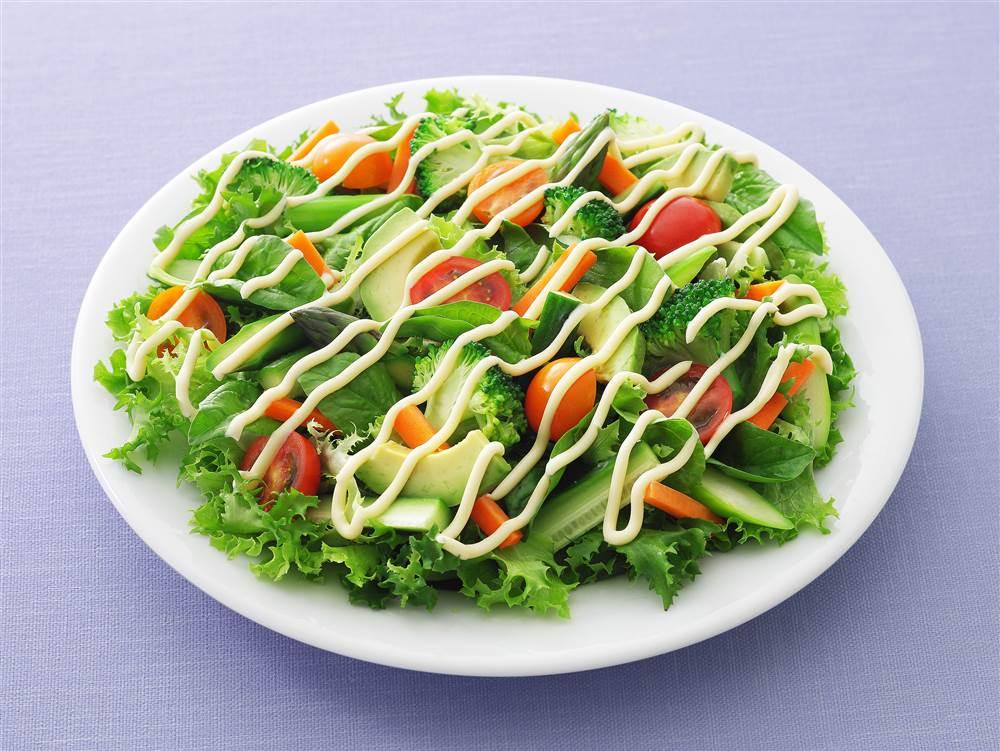 写真:ブロッコリーとアボカドのグリーンサラダ