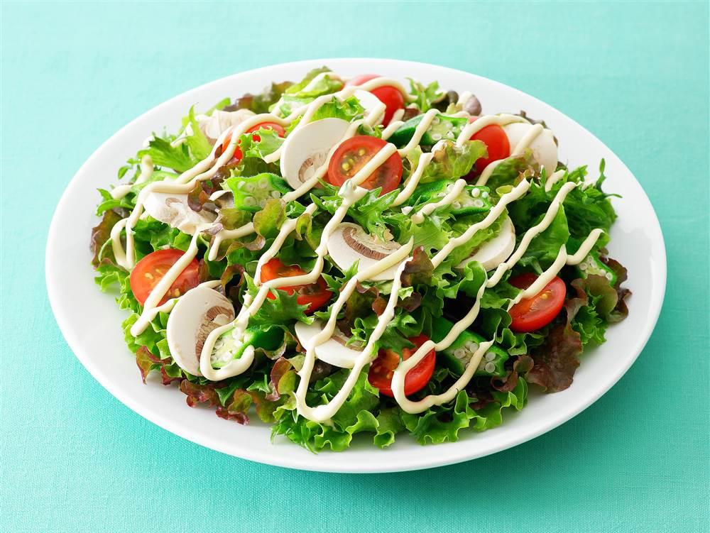 写真:オクラとマッシュルームのグリーンサラダ