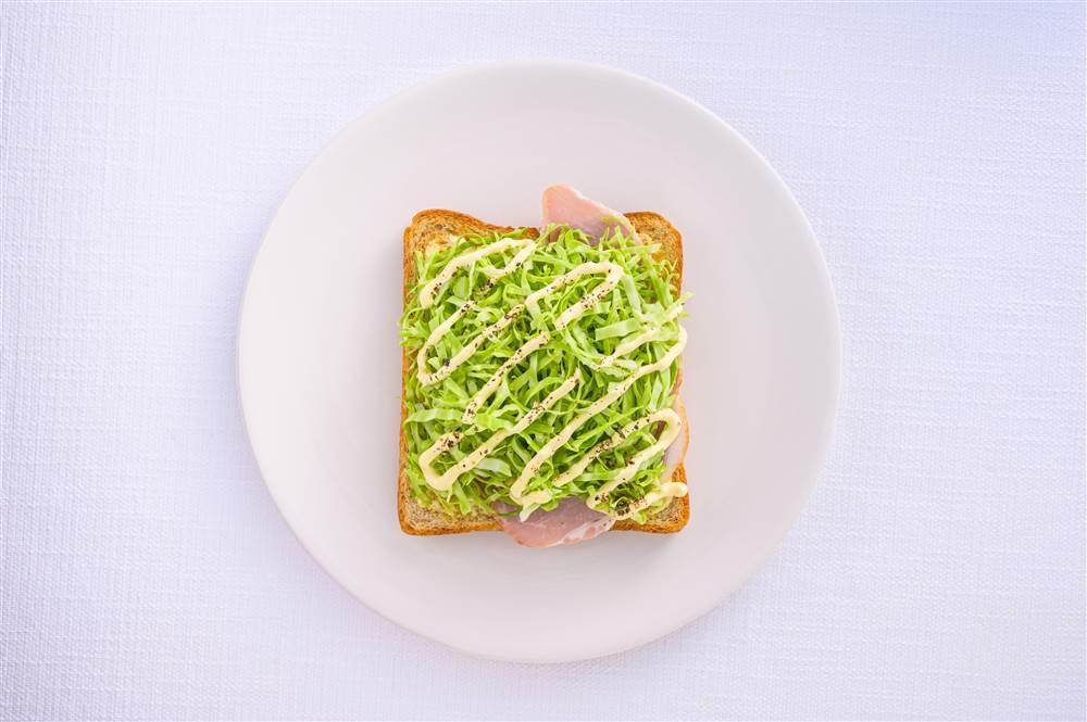 写真:せん切りキャベツとハムのサラダトースト