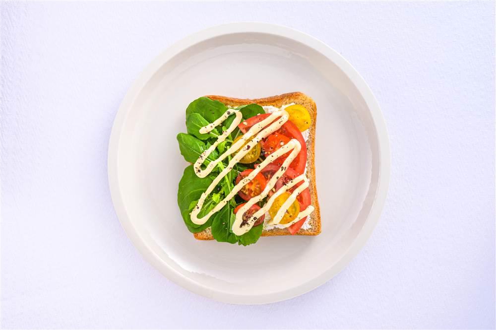 写真:トマトとルッコラとカッテージチーズのサラダトースト