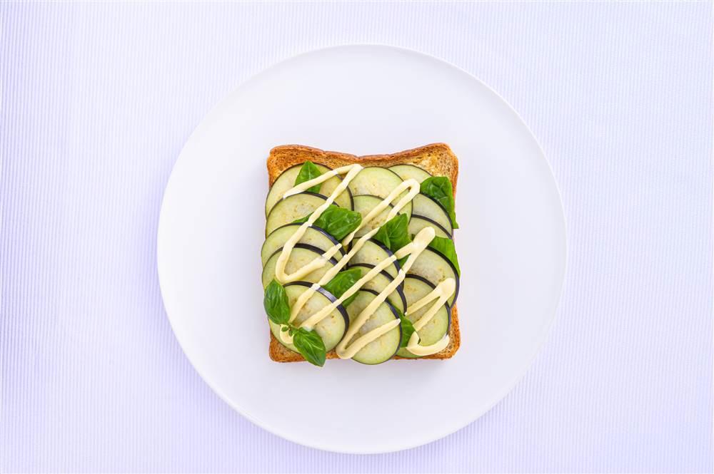 写真:水なすとバジルのサラダトースト