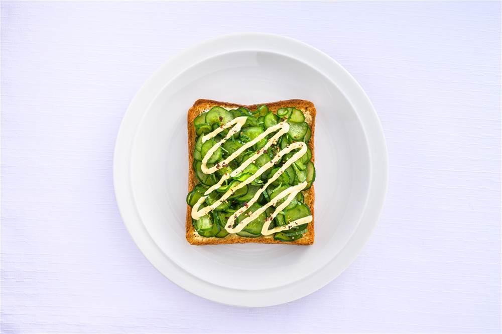 写真:たっぷりきゅうりのサラダトースト