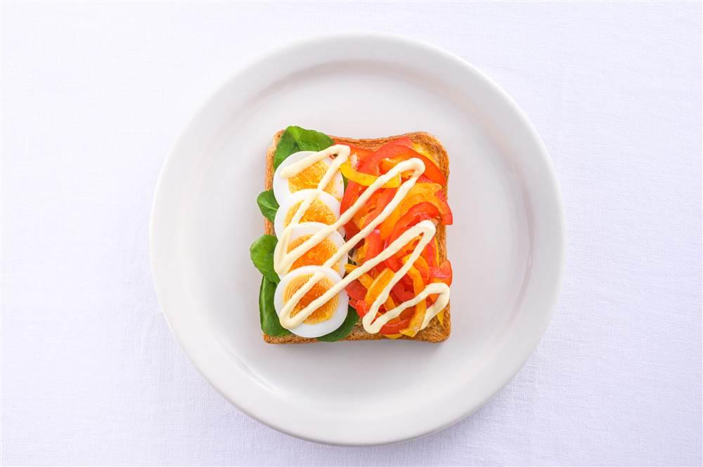 写真:パプリカとたまごとチキンのサラダトースト