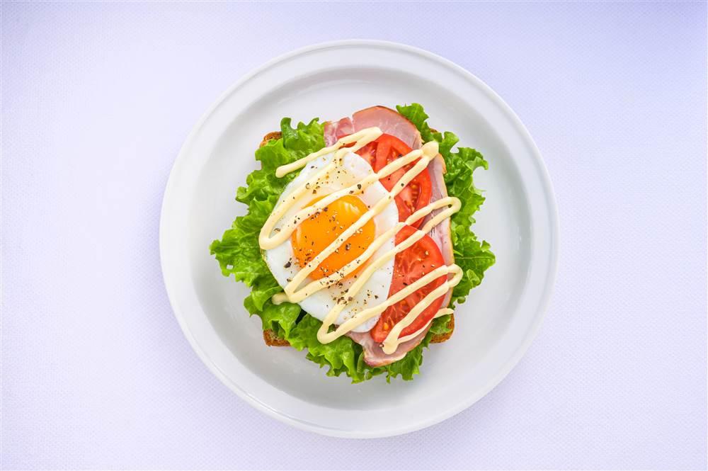 写真:グリーンリーフと目玉焼きのサラダトースト