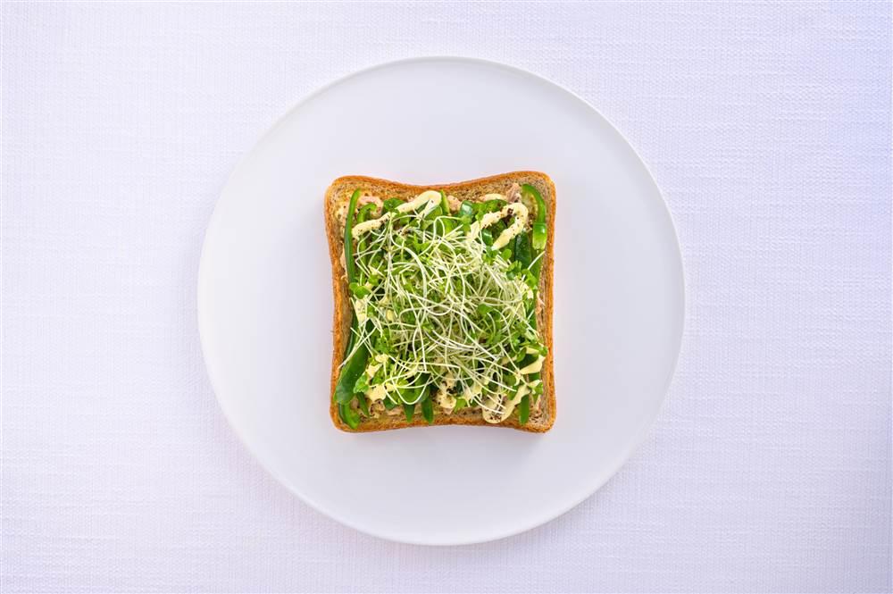 写真:ピーマンとツナのサラダトースト