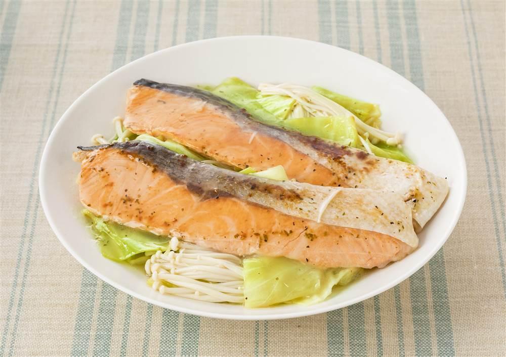 写真:キャベツとえのきだけと鮭の蒸し煮