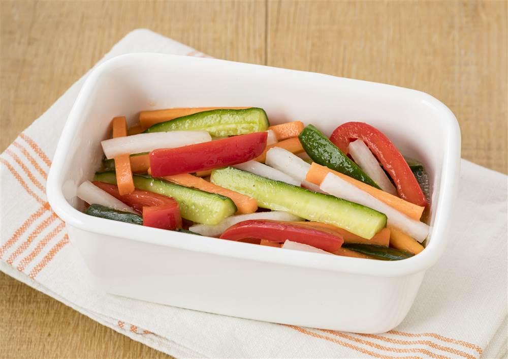 写真:彩り野菜のスティックマリネ