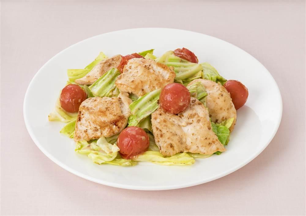 写真:深煎りごまドレッシングで!鶏むね肉とキャベツとミニトマトのソテー