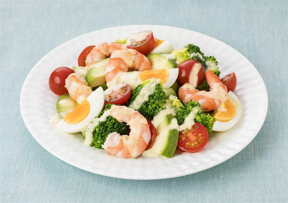 写真:えびとアボカドとゆで卵のサラダ