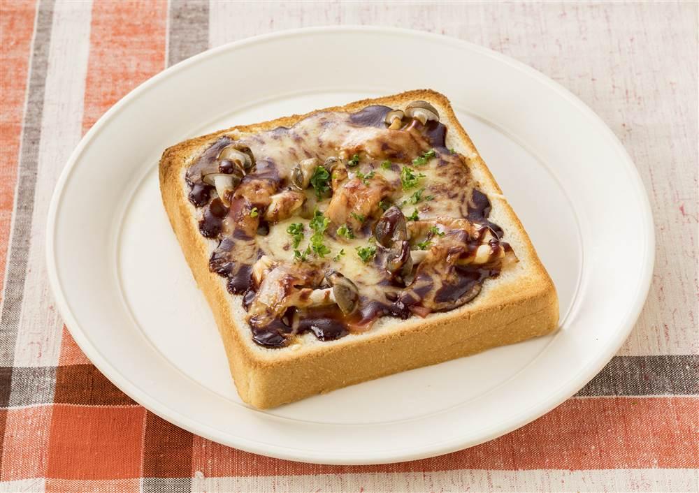 写真:きのことベーコンのドミグラストマトトースト