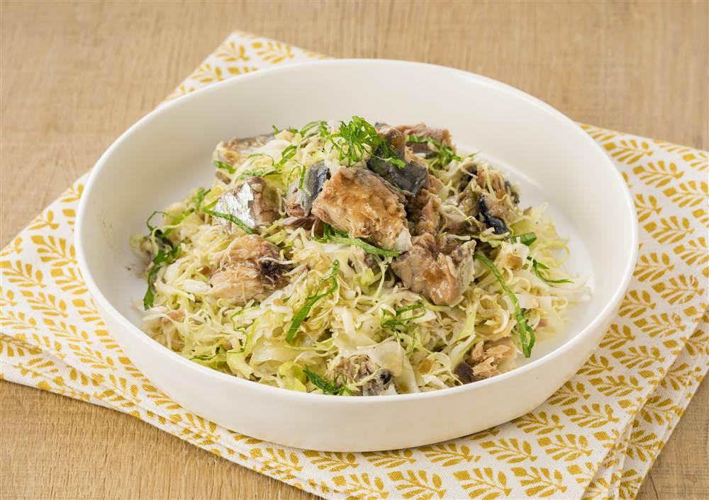 写真:千切りキャベツとさば水煮のおつまみサラダ