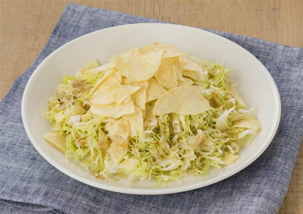 写真:千切りキャベツとポテトチップスのおつまみサラダ