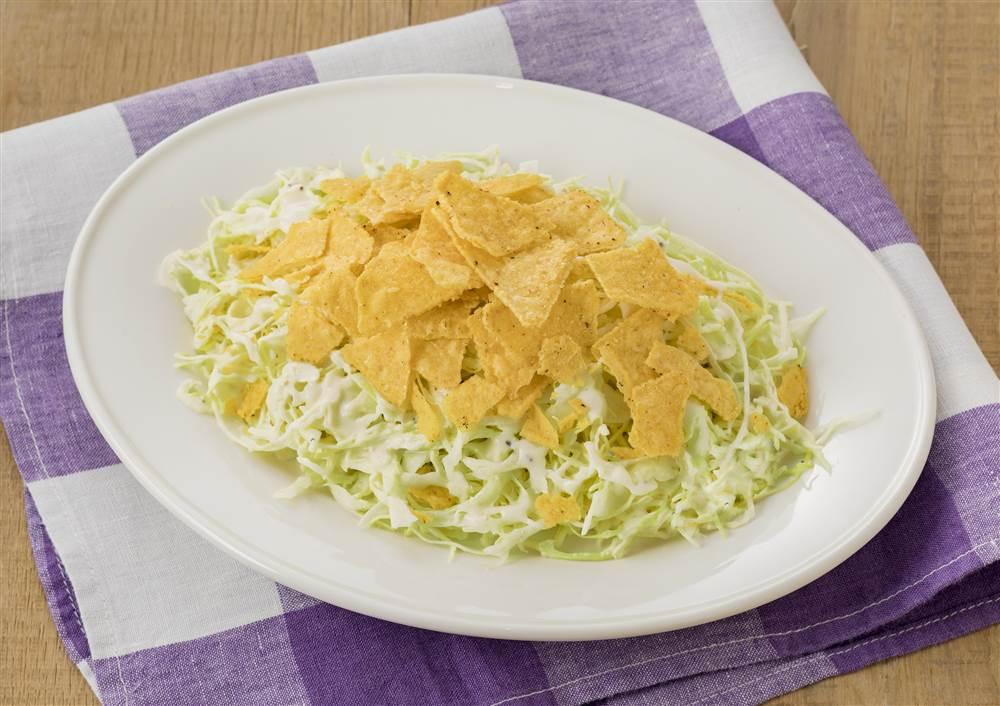 写真:千切りキャベツとトルティーヤチップスのおつまみサラダ