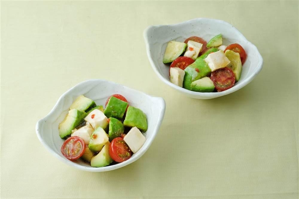 写真:アボカドと豆腐のサラダ