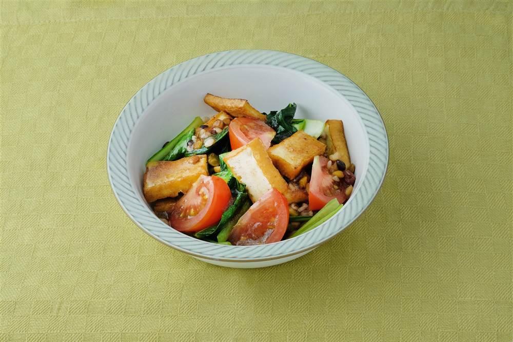写真:トマトと厚揚げのサラダ