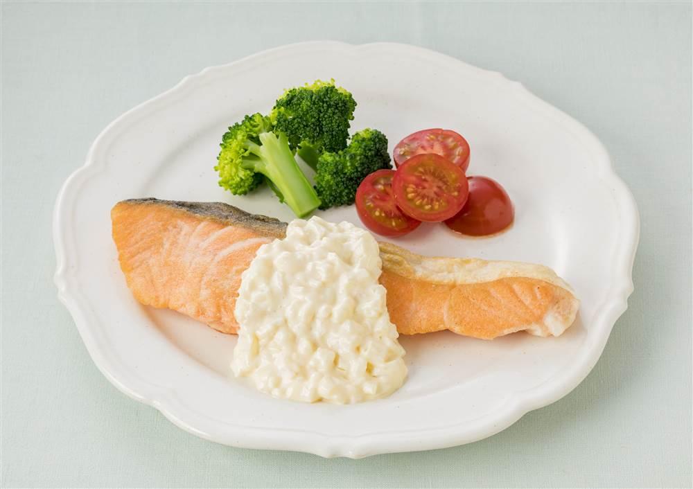 写真:鮭のムニエル 燻製マヨのタルタルソース