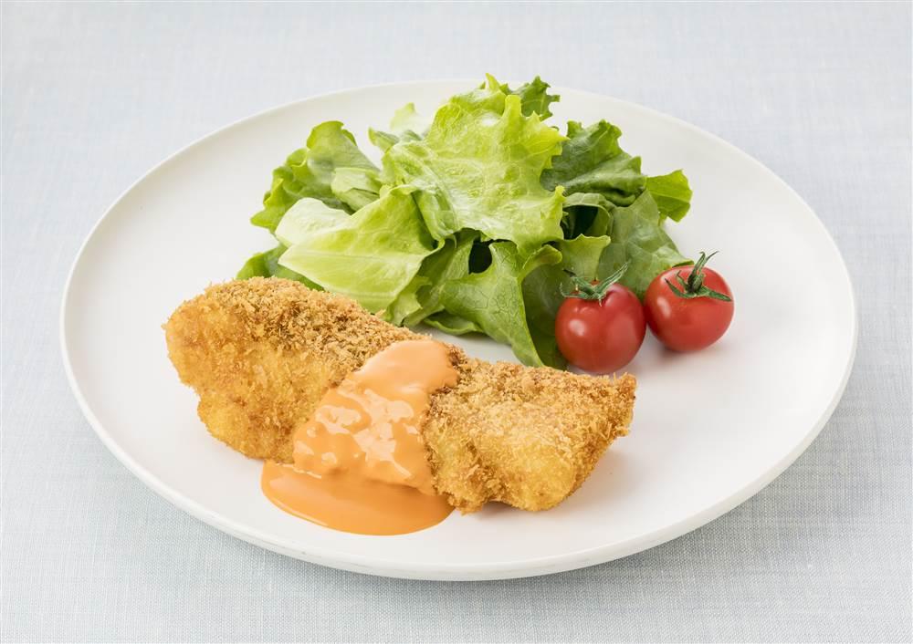 写真:白身魚のフライ トマトクリームソースがけ