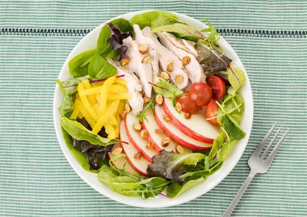 写真:チキンとりんごとアーモンドのパワーサラダ