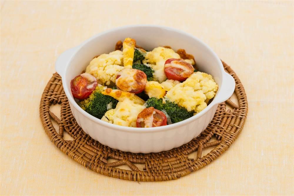 写真:彩り野菜とチーズのアンチョビーソース焼き