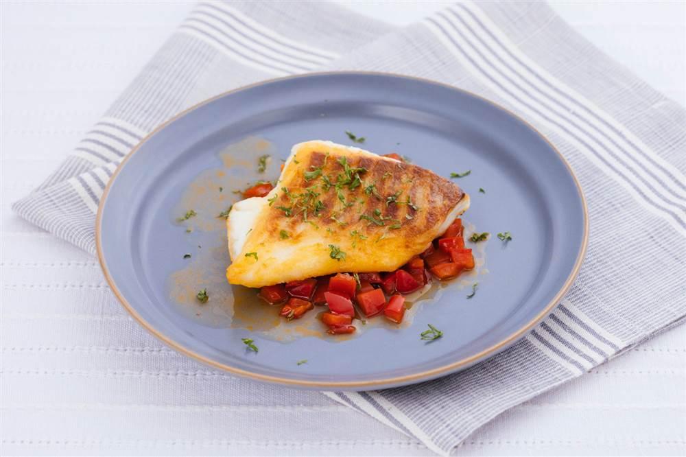 写真:白身魚のソテー アンチョビーパプリカソース