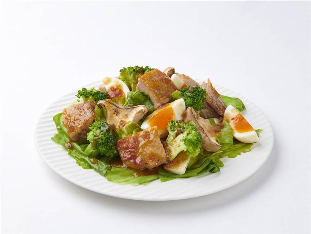 写真:鶏肉とブロッコリーとゆで卵のサラダ