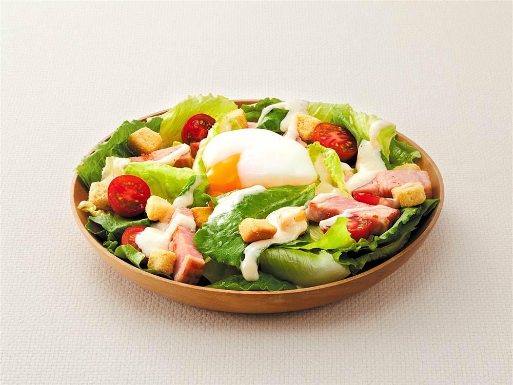 写真:シーザーサラダ(厚切りベーコンとミニトマト)
