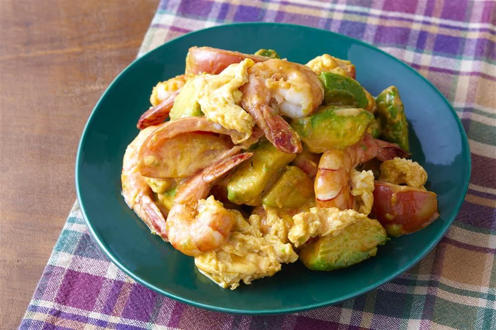 写真:えびと卵とアボカドのトマトクリーム炒め
