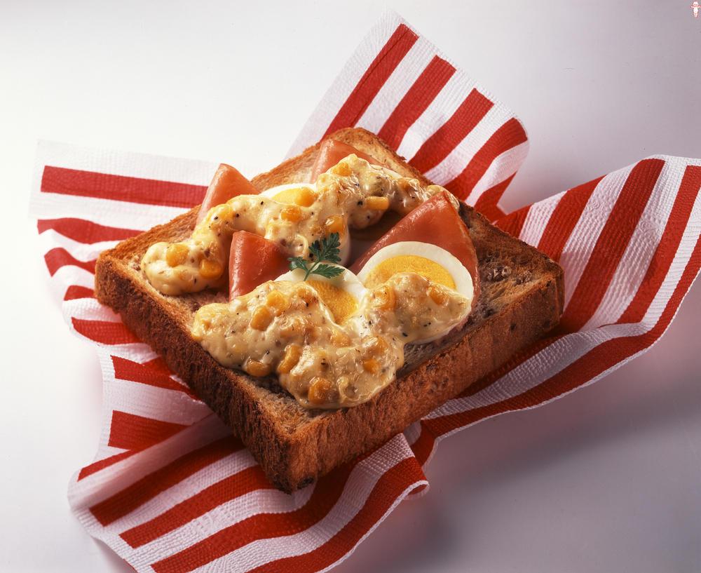 写真:ハムと卵とコーンのトースト