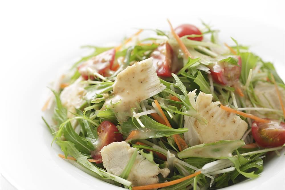 写真:鶏むね肉と水菜のサラダ