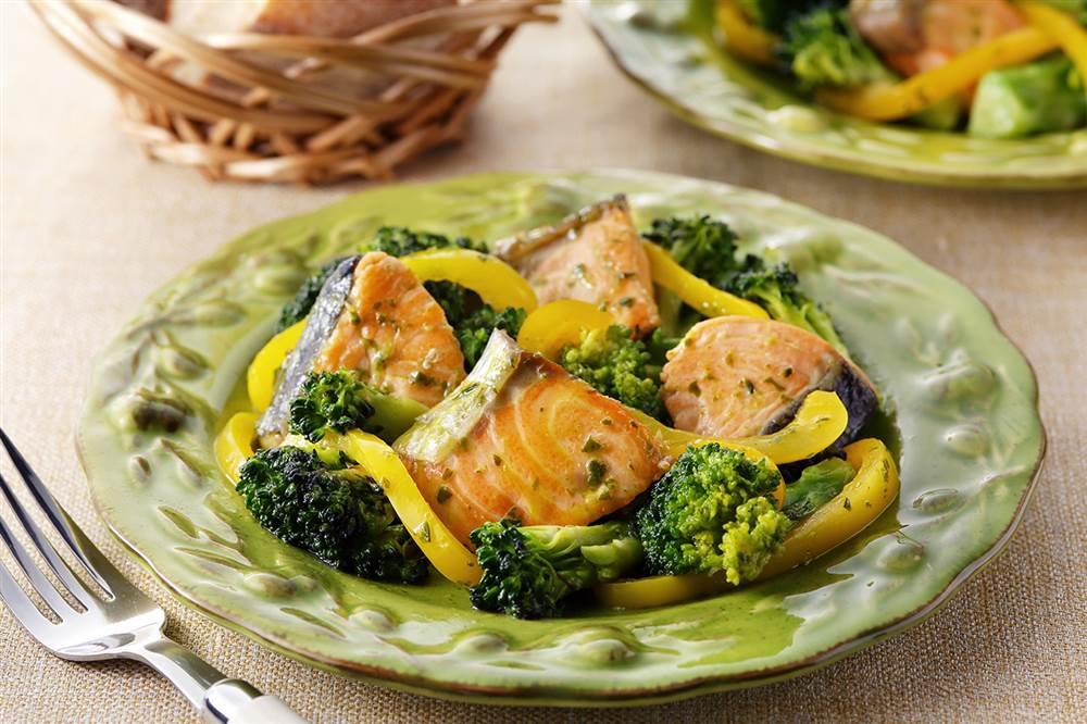 写真:鮭とブロッコリーのバジル炒め