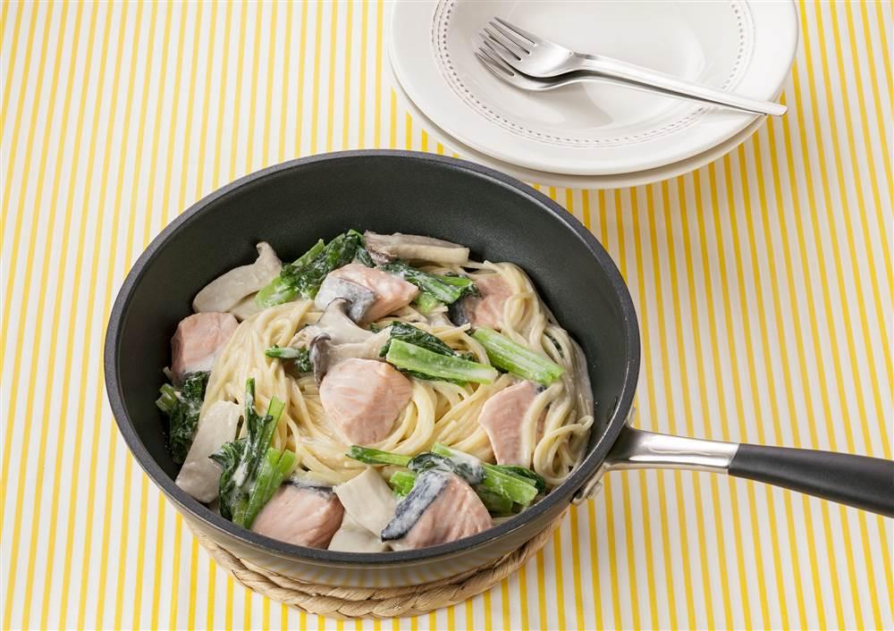 写真:フライパン1つで!小松菜とサーモンのクリームパスタ