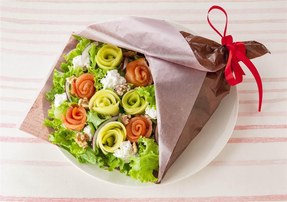 写真:スモークサーモンとキウイのブーケパワーサラダ