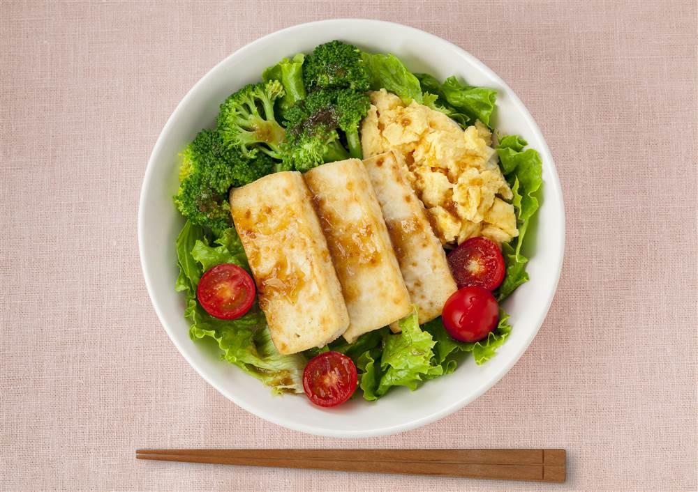 写真:豆腐ステーキとスクランブルエッグのベジコンボ